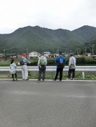 橋の跡を見る
