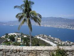 800px-Acapulco_-_Visto_desde_la_Capilla_Ecuménica_de_la_Paz.