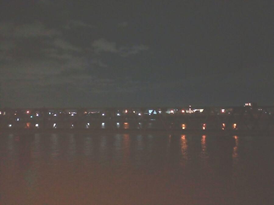 淀川の橋の上小雨