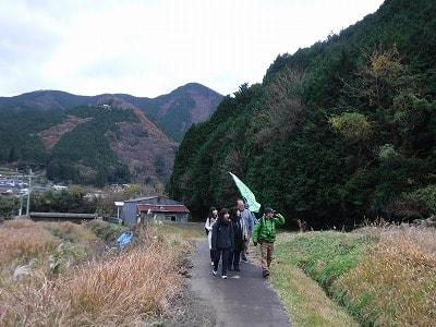 城山を背後に歩く
